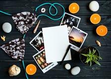 Vakantieelementen: foto's, stenen, zeeschelpen, vruchten, reisfoto Vlak leg, hoogste mening stock foto's