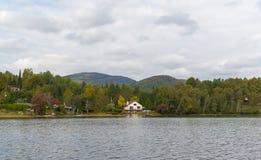 Vakantieflat - houten plattelandshuisje stock fotografie