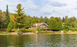 Vakantieflat - houten plattelandshuisje in bos royalty-vrije stock foto's