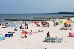 Vakantiegangers op een zandig strand Stock Foto