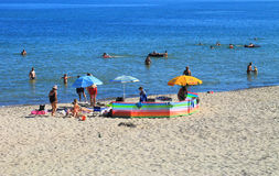 Vakantiegangers op het strand van de Oostzee in Kulikovo, Kaliningrad-gebied Stock Foto's