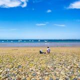Vakantiegangers op strand Plage DE La Baie DE Launay Royalty-vrije Stock Fotografie