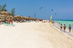 Vakantiegangers op Varadero strand in Cuba Stock Afbeelding
