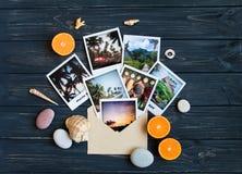 Vakantiegeheugen: foto's, stenen, zeeschelpen, vruchten op reisfoto Vlak leg, hoogste mening Stock Foto's