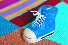 Vakantiegift, blauwe schoenen op een gekleurde achtergrond royalty-vrije stock foto
