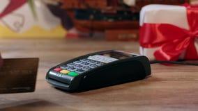 Vakantiegift het winkelen Mens het kopen verpakking huidig met rood lint stock footage
