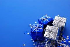Vakantiegiften in zilveren en blauw met sterren Stock Foto