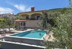 Vakantiehuis met zwembad stock foto