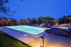 Vakantiehuis met zwembad bij nacht royalty-vrije stock fotografie