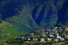 Vakantiehuizen op Tropische Groene Berghellingssterke drank Royalty-vrije Stock Foto