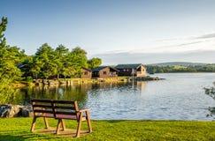 Vakantiepark met houten loges stock foto