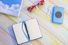 Vakantiepunten op een gekleurde houten lijst stock foto's