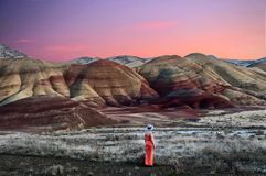 Vakantiereis in Oregon Vrouw die van de mening van mooie Geschilderde Heuvels genieten bij zonsondergang royalty-vrije stock fotografie