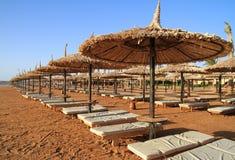 Vakanties onder Egyptische parasol Royalty-vrije Stock Foto's