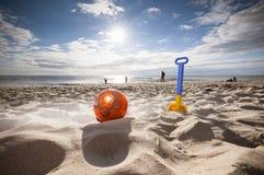 Vakantiestrand en speelgoed voor jonge geitjes, Stock Afbeeldingen