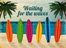 Vakantiesurfplanken op het oceaanstrand stock illustratie