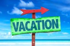 Vakantieteken met strandachtergrond Stock Foto's