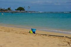 Vakantietijd, een emmer en een spade die op een strand leggen royalty-vrije stock afbeelding