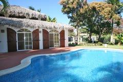 Vakantievilla met een pool Stock Afbeeldingen
