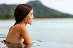Vakantievrouw die bij oneindigheidspool zwemmen op Hawaï Royalty-vrije Stock Afbeeldingen