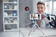 Vaken blogger som gör en video om 3D att modellera Fotografering för Bildbyråer