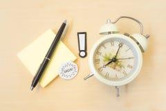 Vaket tecken med den akuta ringklockan och klibbig Postit och penna på Arkivbilder