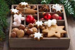 Vakje met Kerstmissymbolen op een houten lijst Royalty-vrije Stock Fotografie