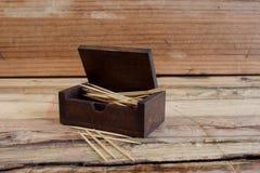Vakje van tandenstokers op houten lijst Royalty-vrije Stock Afbeelding
