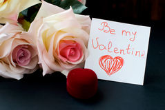 Vakje voor de ring, boeket van rosesen een nota op de dag van va Stock Foto's