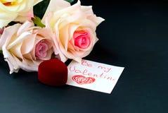 Vakje voor de ring, boeket van rosesen een nota op de dag van va Royalty-vrije Stock Foto