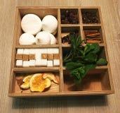 Vakje voor kruiden op een houten lijst, additieven voor thee Stock Foto's