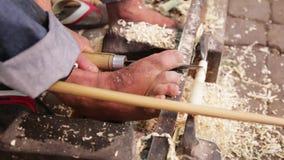Vaklieden die houten herinneringspijpen maken bij de bazaar Marrakech stock video