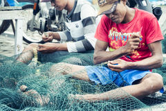 Vaklieden die Vissennetten in Probolinggo, Oost-Java, Indonesië maken Stock Foto's