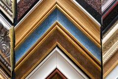 Vakman die aan kader in frameshop werken Stock Fotografie