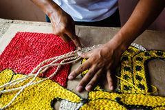 Vakman die een deken van het kabeltapijtwerk maakt Stock Afbeelding