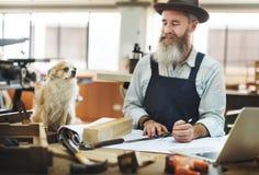 Vakman die in een houten winkel werken stock afbeeldingen