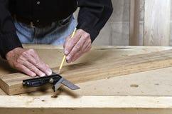 Vakman die vierkant op hout gebruiken Stock Foto