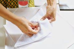 Vakmanschap van het naaien van de doek door naald en draad te gebruiken stock afbeelding