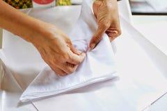 Vakmanschap van het naaien van de doek door naald en draad te gebruiken royalty-vrije stock fotografie