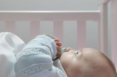 Vakna fyra månad behandla som ett barn pojken som ligger i kåta med fredsmäklaren Fotografering för Bildbyråer