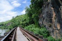Vakna slingan på dödjärnvägen, Krasae grottastation, Kanchanaburi, Thailand Arkivfoton