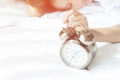 Vakna upp, det är dags att starta att förbereda sig för morgonljuset Arkivfoto