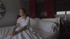 Vakna upp och öppnande smarta rullgardiner lager videofilmer
