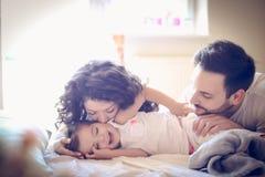 Vaknade upp med föräldrar som att kyssa gör mig lycklig ballerina little Arkivfoto