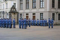 Vaktändringsceremoni i Prague Arkivbilder