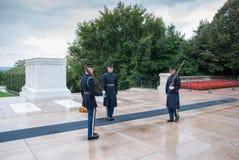 Vakt-ändring ceremoni på kyrkogården av Arlington i Washington royaltyfri foto