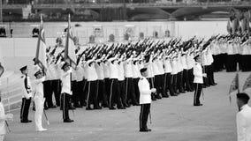 Vakt-av-heder kontingenter som utför feu de joie under nationell dag, ståtar repetitionen (NDP) 2013 Arkivfoto