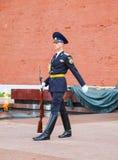 Vakt av heder på den Kremlin väggen i Moscow, Ryssland Royaltyfri Bild