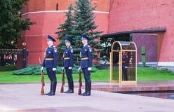Vakt av heder på den Kremlin väggen i Moscow, Ryssland Royaltyfria Bilder