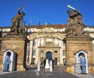 Vakt av heder på porten av jättar i den Prague slotten Arkivfoto